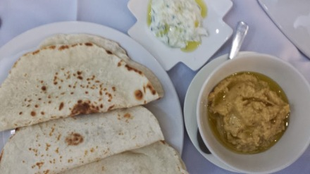 Pita, hummus with the free tatziki